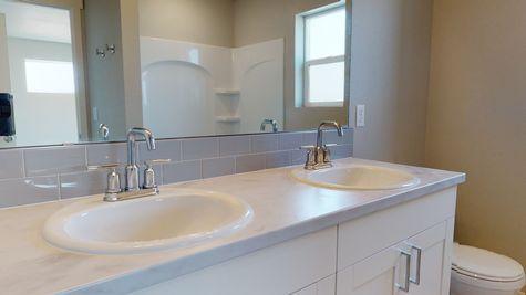 Silvercliff 812 - Master Bathroom - Dual Vanity Sinks