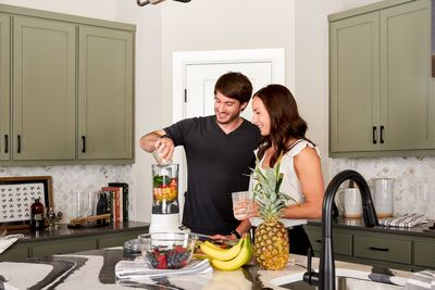 couple in new home making smoothies